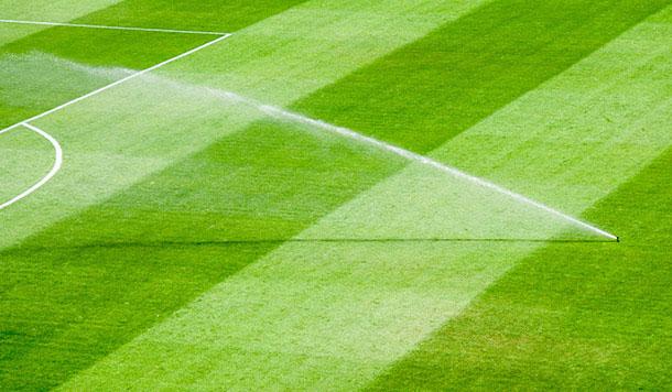 Irrigacion en campo de futbol